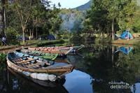 Di sini juga bisa menyewa perahu keliling danau