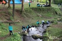 Anak-anak bermain di tepi sungai