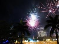 Semarak kembang api di malam pergantian tahun