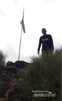 Puncak Gunung Batu ditandai dengan Bendera Merah Putih.jpg