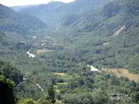 Di tengahnya mengalir Sungai Asahan