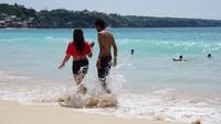 Pantai ini dikenal pula sebagai pantai tempatnya berbulan madu.