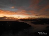 Liukan awan yang mengikuti bentuk sungai