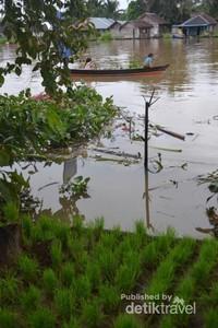 anak-anak bermain dengan perahu kayu