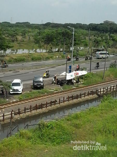 Jalan raya dan rel kereta di Porong yang terkena dampak
