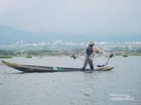 Nelayan yang sedang mencari ikan