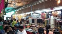 Salah satu sisi pasar oleh-oleh Wat Arun