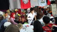Wisatawan sedang memilih kaso oblong Thailand