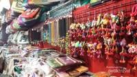 Pernak-pernik ala Thailand di pasar oleh-oleh Wat Arun
