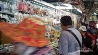 Beberpa pengunjung dengan melihat-lihat dagangan, sebelum membeli sebagai oleh-oleh