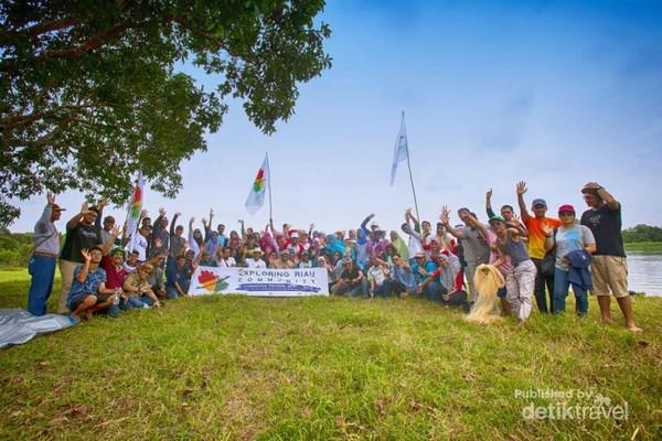 Komunitas Penjelajah Wisata Riau berfoto bersama
