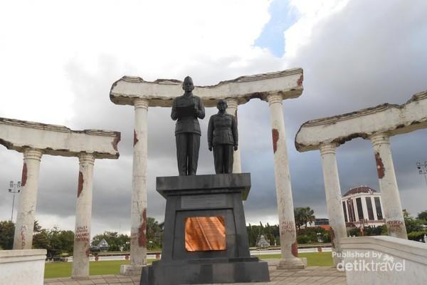 Patung Bapak Ir. Soekarno dan Moh Hatta yang berada di depan Tugu Pahlawan