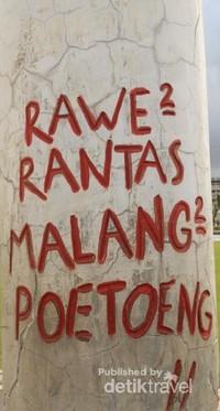 Salah satu Tulisan dengan mengukir pilar-pilar yang berada di sekitaran Tugu Pahlawan