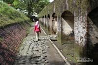 Bagian depan benteng yang terletak di dekat parit besar