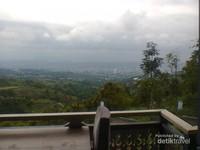 Pemandangan teras samping dengan view Kota Bandung di kejauhan. Cantik banget