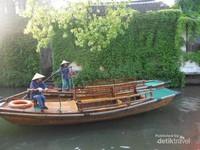 Ibu-ibu penarik perahu