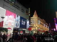 Ramainya kawasan Shanghai Bund di waktu malam