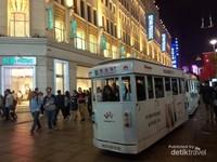 Trem bus mengitari kawasan Shanghai Bund