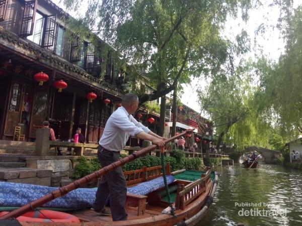 Kota tua yang indah dilewati dengan sampan melalui kanal-kanal kuno berusia 7 abad