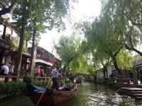 Cukup membayar 50 Yuan per orang untuk naik sampan ini