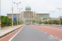Lalu wisata yang kedua adalah Kantor Perdana Menteri Malaysia, sekilas tempat ini bukan mirip kantor tapi lebih pada mirip Istana, arsitekturnya yang indah dengan kubah berwarna hijau sangat indah jika dilihat dari kejauhan