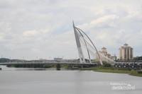 Dan yang ketiga adalah Jembatan Putrajaya, jembatan ini melintasi Danau Putrajaya yang merupakan sebuah danau buatan untuk menciptakan suasana alami di kawasan Putrajaya. Di danau ini pula, difungsikan olahraga air untuk berekreasi dan memancing.