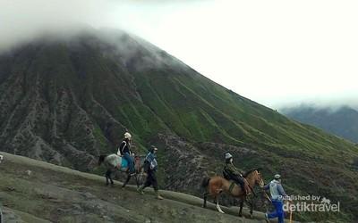 Serunya Mendaki Gunung Bromo di Akhir Pekan