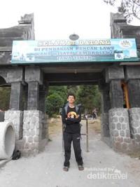 berfoto di depan pintu gerbang pendakian via Cemoro Sewu