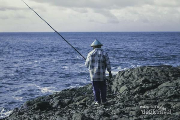 Nelayan yang memancing.