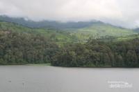 Bukit, telaga, dan hutan yang menjadi pemandnagan utama dari