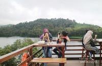 Bersantap ria sambil menikmati panorama dari