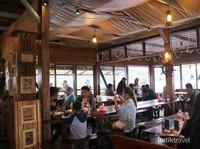 Suasana di dalam Restoran Phinisi