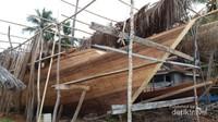Perahu Phinisi sedang dalam tahap pengerjaan ada di sisi pantai