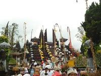 Gerbang Pura Penataran Agung yang merupakan pura terbesar di komplek Pura Besakih. Di sinilah tempat beradanya Balai Pesamuan tempat berlangsungnya upacara Batara Turun Kabeh