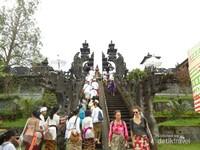 Pura dengan gerbang berbentuk naga Basuki.Nama Besakih berasal dari naga Basuki,dalam mitologi hindu Naga Basuki dipercayai sebagai Dewa Naga penjaga Gunung Agung. Terlihat wisatawan asing juga turut hadir menyaksikan upacara Batara Turun Kabeh