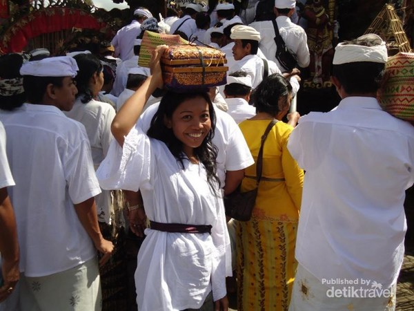 Saking banyaknya orang yang mengikuti upacara Batara Turun Kabeh harus antri ketika melewati tangga untuk memasuki pura dengan membawa persembahan masing masing