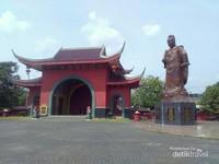 Salah satu pintu masuk besar dan bersebelahan dengan patung