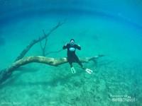 Perlu kerjasama yang kompak antara model dan photographer underwater. mengingat gaya dibatasi oleh kemampuan menahan napas masing-masing dan daya apung model foto.