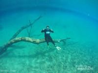 Jangan lupa bahagia kalo sudah sampai menginjakkan kaki di Danau Labuan Cermin.