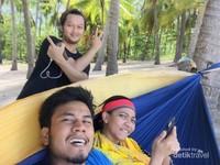 Bersantai di bawah pohon kelapa