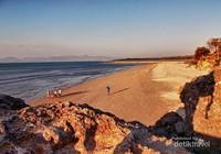 Pantai yang masih bersih. Kesan teduh saat senja