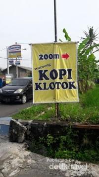 Warung yang berada di Jalan Kaliurang Km 16, Pakembinangun, Kabupaten Sleman, dapat dengan mudah kita temukan dengan adanya tanda berwarna kuning ini. Walaupun masuk sekitar 200 meter, tempat ini sudah terkenal dan menjadi tujuan pengunjung yang ingin menikmati makanan dengan nuansa pedesaan yang alami