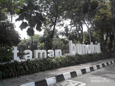 Santai Dulu di Taman Bungkul Surabaya