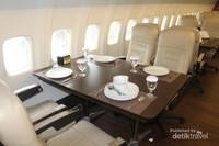 Suasana dii dalam restoran yang aslinya pesawat