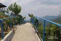 Anak tangga yang sudah dibuat rapi memudahkan pengunjung menikmati seluruh tempat ini