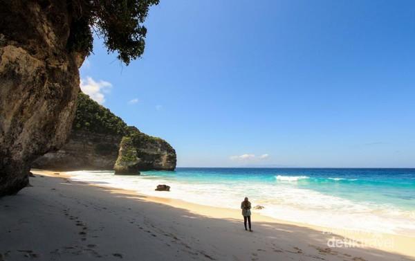 Langit yang cerah, laut biru dan pasir putih adalah kombinasi yang pas untuk rehat sejenak