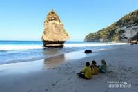Duduk memandangai pantai yang tenang ini, pikran akan kembali fresh