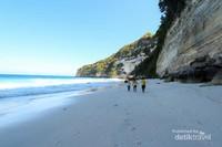 Menyusuri pantai ditemani dengan angin semilir dan deru ombak akan menenangkan pikiran yang penat