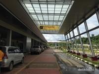 Area Lobby Bandara Kalimarau yang bergaya Modern