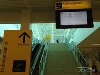 Bandara Kalimarau memiliki dua lantai yang sudah dilengkapi eskalator.